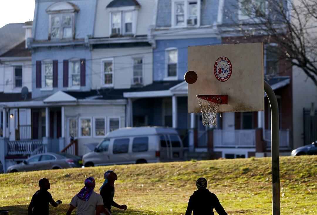 """Los jóvenes juegan baloncesto en una cancha debajo de la Interestatal 95 en West Wilmington. """"width ="""" 1080 """"height ="""" 733 """"/>   <div class="""