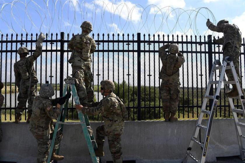 Fotografía cedida por la Fuerza Aérea estadounidense que muestra a varios soldado estadounidenses mientras instalan concertinas en la frontera entre Estados Unidos y México en la frontera delimitada por el río Grande en Anzalduas, Texas (Estados Unidos). EFE/ Daniel Hernandez /FUERZA AÉREA ESTADOUNIDENSE/FOTOGRAFÍA CEDIDA/SÓLO USO EDITORIAL/PROHIBIDA SU VENTA