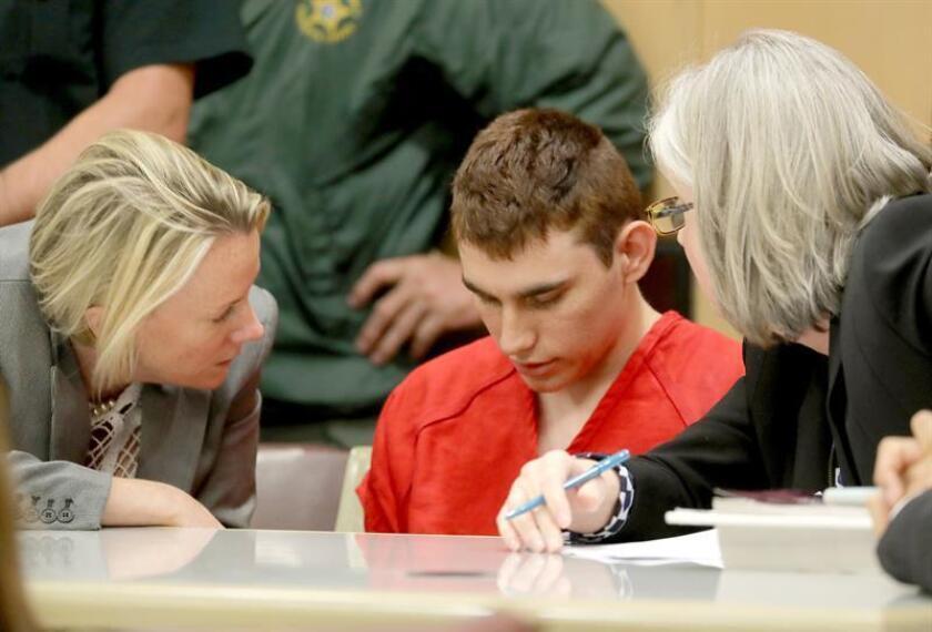 El autor confeso del tiroteo en un instituto de Florida el pasado 14 de febrero, Nikolas Cruz (centro), comparece ante la corte, en Fort Lauderdale, Florida, EEUU. EFE/POOL/Archivo