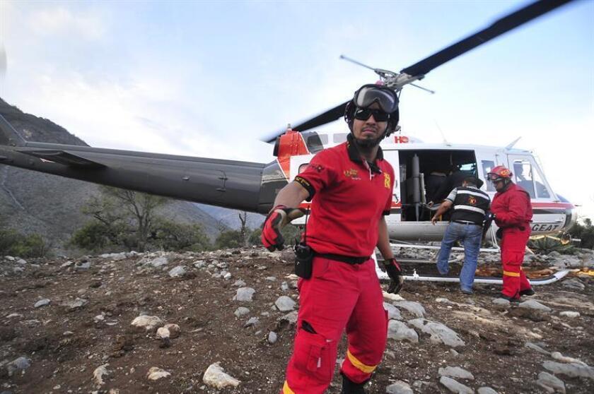 Cinco aeronaves buscan un helicóptero que se perdió desde ayer en el norteño estado mexicano de Nuevo León, en el que viajaban el empresario Fernando Maiz y su piloto, informó hoy Manuel González, secretario general de Gobierno del Ejecutivo estatal. EFE/ARCHIVO