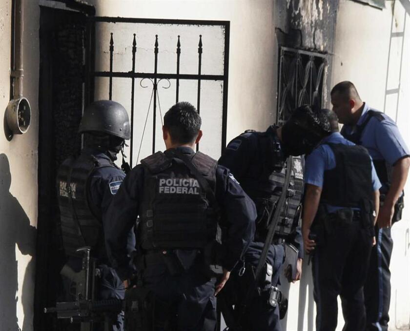 Al menos 400 menores de edad fueron arrestados por la policía local de Ciudad Juárez, en el norteño estado mexicano de Chihuahua, por participar en una multitudinaria fiesta convocada en Facebook en la que se vendía alcohol sin autorización, reportaron hoy las autoridades locales. EFE/Archivo