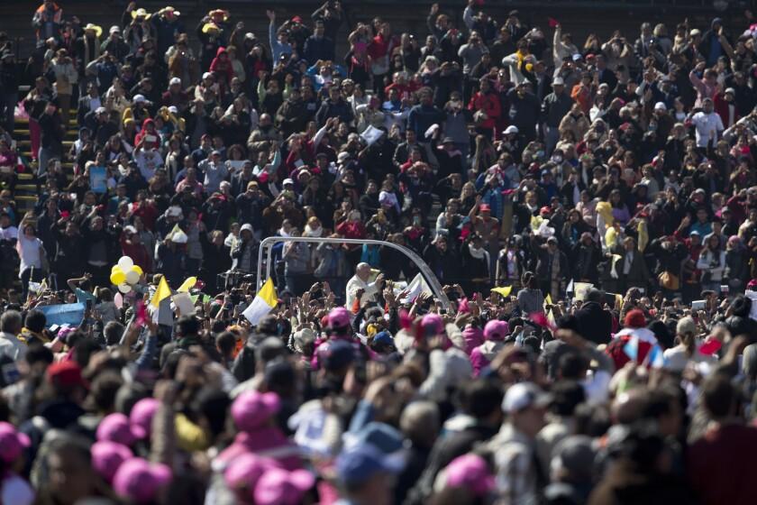 El papa Francisco saluda a la multitud desde el papamóvil en el Zócalo, la plaza principal de la Ciudad de México. La visita del papa incluirá una oración personal en la basílica de la Virgen de Guadalupe, el templo mariano más grande e importante del mundo y uno que es especialmente importante para el primer pontífice latinoamericano. (Foto AP/Moisés Castillo)