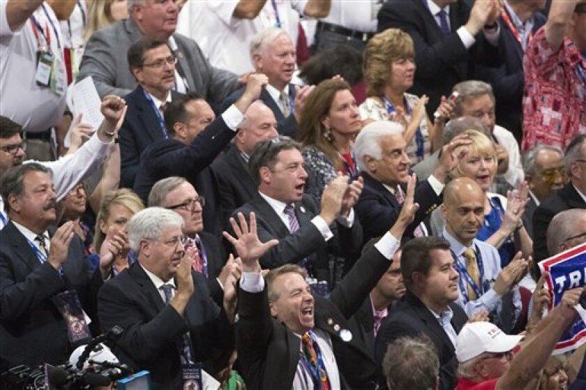 Miembros de la delegación de Nueva York vitorean al candidato republicano a la presidencia Donald Trump durante la Convención Nacional Republicana, el martes 19 de julio de 2016, en Cleveland. (AP Foto/Evan Vucci)