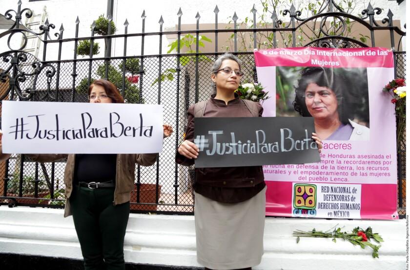 Foto de archivo de simpatizantes de los líderes de los derechos humanos y del medio ambiente que han sido asesinados.