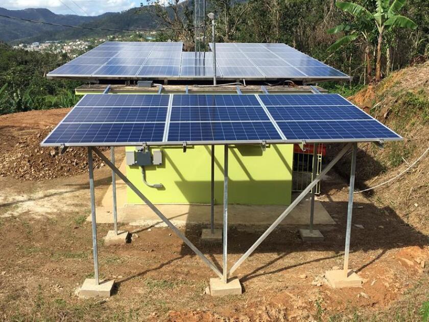 Fotografía sin fecha cedida por Casa Pueblo donde se observan unos paneles solares que alimentan una antena de radio en San Juan (Puerto Rico). EFE/Casa Pueblo/SOLO USO EDITORIAL/NO VENTAS