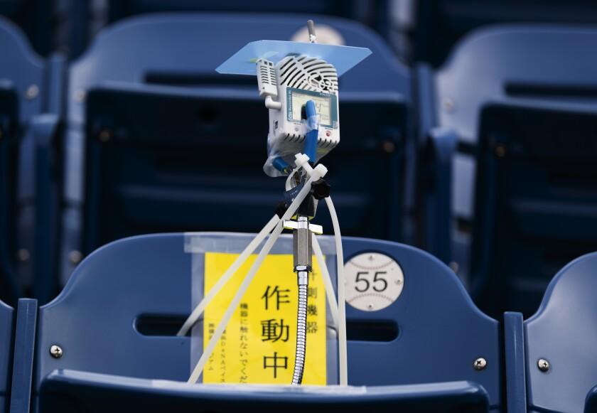 La imagen muestra un dispositivo para detectar dióxido de carbono instalado en los asientos del estadio de BayStars.