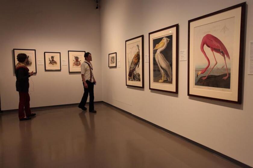 """Visitantes observan la exposición """"Tres siglos de grabado de la Galería Nacional de Arte de Washington"""" hoy, martes 7 de febrero de 2017, en el colegio San Ildelfonso de Ciudad de México (México). EFE"""
