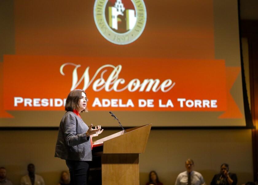 Adela de la Torre, la nueva presidenta de San Diego State University pronuncia un discurso en febrero de 2018 tras el anuncio de su nombramiento.