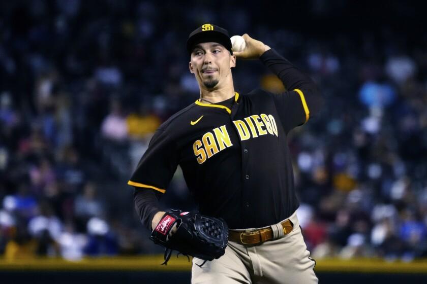 El pitcher de los Padres de San Diego Blake Snell lanza ante un bateador de los Diamondbacks de Arizona