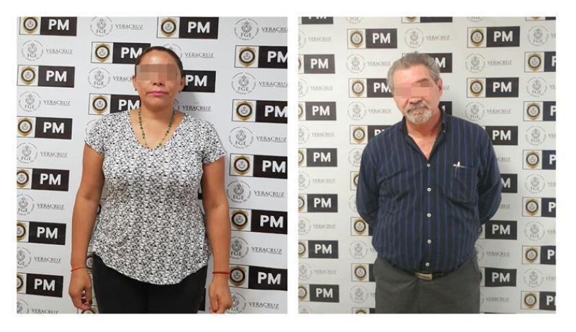 Fotografía cedida hoy, martes 3 de abril de 2018, por la Policía Ministerial (PM) del estado de Veracruz (México), que muestra a un par de exfuncionarios de la Fiscalía General de Justicia de Veracruz, oriente de México capturados capturados por alterar datos de una fosa clandestina con 19 cadáveres hallados en 2016, informaron hoy las autoridades. EFE/PM/SOLO USO EDITORIAL
