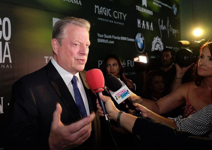 """El exvicepresidente estadounidense Al Gore habla con la prensa a su llegada a la alfombra verde de los """"Green Gala Awards"""", un evento benéfico celebrado el sábado 21 de abril de 2018, en Miami (EE.UU.), en el marco del Día de la Tierra que se celebra hoy domingo. EFE"""