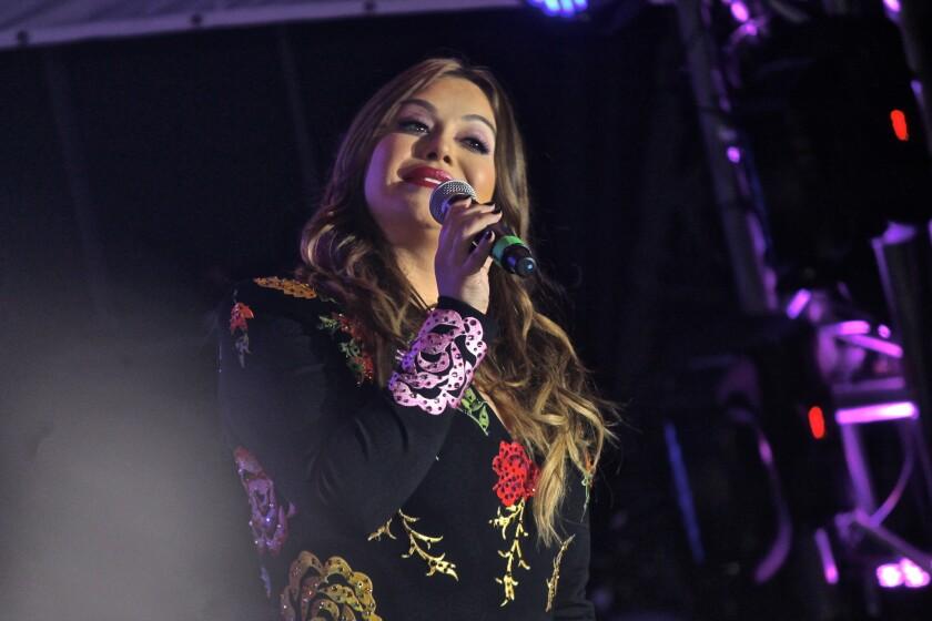 Pese a que el evento JenniVive se encontraba lleno de estrellas consagradas, el público esperaba con ansias a Chiquis, la controvertida hija de la homenajeada.