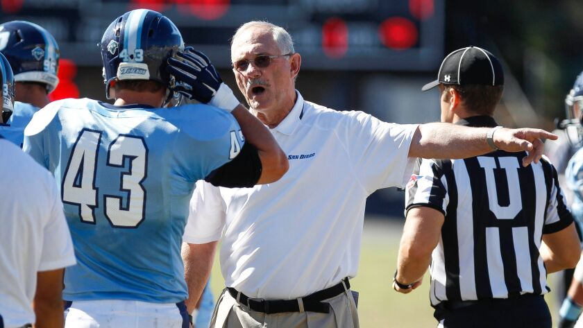 USD's head coach Dale Lindsey talks to Nic Henson during the first quarter.