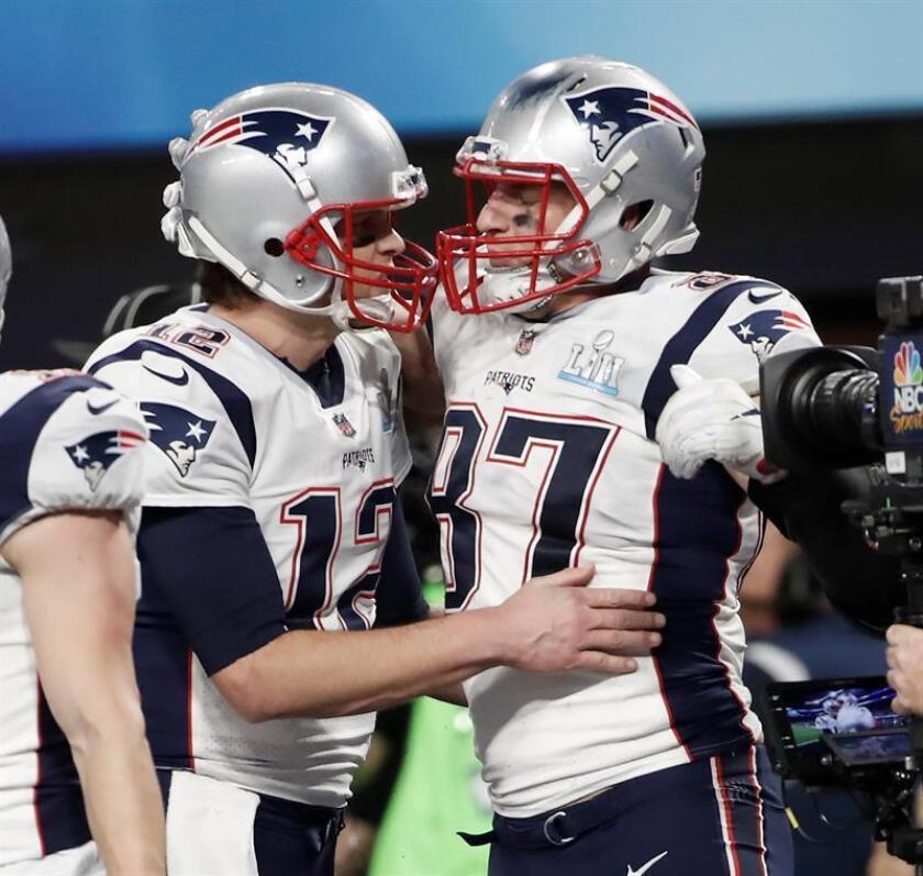 El ala cerrada de los New England Patriots Rob Gronkowski (d) celebra un touchdown con su compañero Tom Brady, en el Súper Bowl celebrado contra los Philadelphia Eagles. EFE