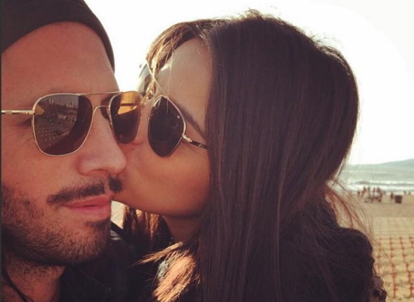 Maite Perrino besa a su pareja Koko Stambuk, con quien pudo haberse casado en estos días, según unos comentarios hechos por terceros en Radio Fórmula.
