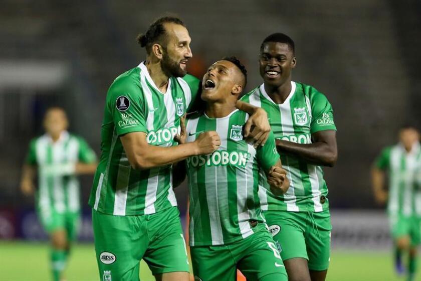 Sebastián Gomez (c) de Atlético Nacional celebra un gol este jueves en un partido de la Copa Libertadores entre Deportivo La Guaira - Atlético Nacional, en Caracas (Venezuela). EFE