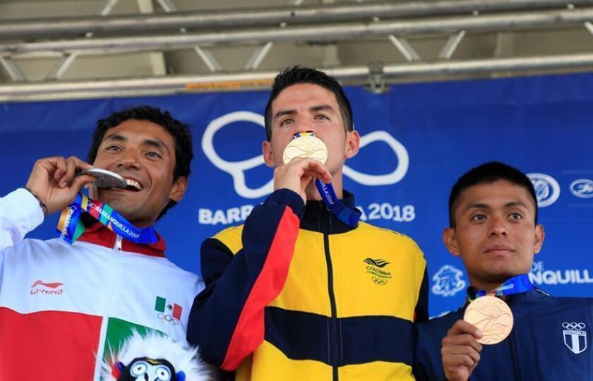 El colombiano Jeison Suarez (c), oro; el mexicano Daniel Vargas (i), plata, y el guatemalteco Williams Julajuj (d), bronce, celebran con sus medallas hoy, viernes 3 de agosto de 2018, en la competencia de maratón masculino en los XXIII Juegos Centroamericanos y del Caribe 2018, en Barranquilla (Colombia). EFE