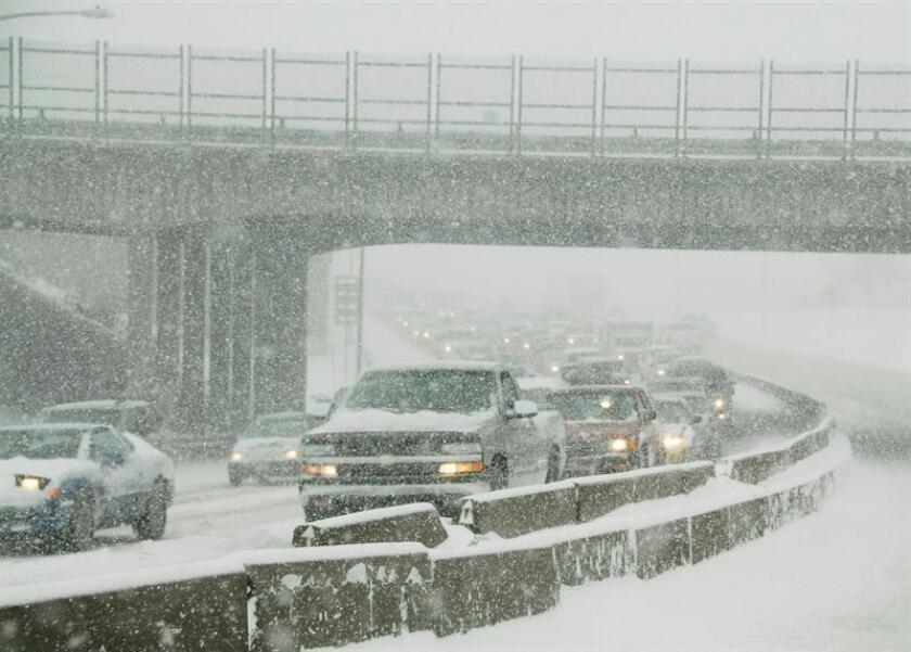 El tráfico paraliza la carretera Interestatal 70 debido a una gran tormenta invernal que asola Denver, Colorado, el miércoles 20 de diciembre de 2006. EFE/Archivo