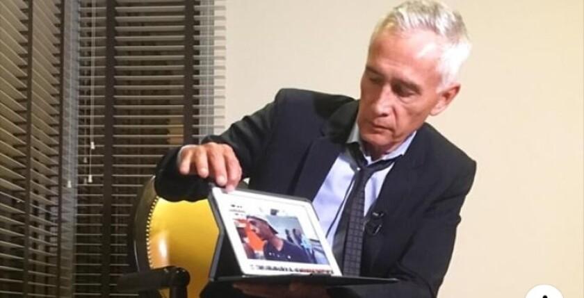 El periodista Jorge Ramos muestra algunas de las imágenes que le presentaron al presidente de Venezuela y que le causaron disgusto.