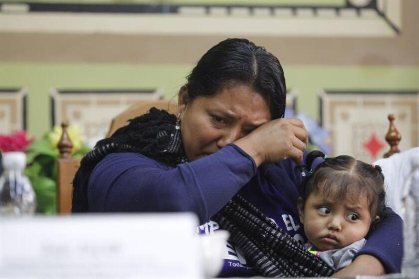 Valentina Rosendo Cantú, mujer indígena de la etnia Me'phaa, llora con su hija hoy, lunes 18 de junio de 2018, en Ciudad de México (México). EFE