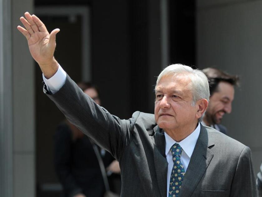El líder izquierdista Andrés Manuel López Obrador cumplió hoy 65 años a días de hacer realidad su mayor sueño, convertirse en el presidente de México, mientras sus seguidores se vuelcan en felicitarlo por redes sociales y en la calle. EFE/Archivo
