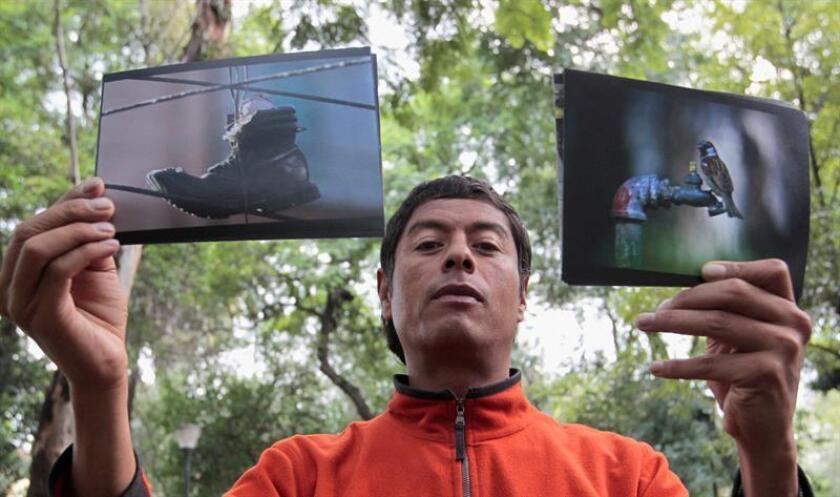 Fotografía del fotoperiodista méxicano Pablo Salazar quien posa con sus fotografías tras una entrevista con Efe, en Ciudad de México. EFE