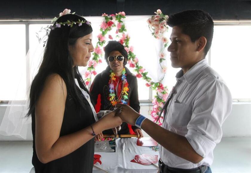 Rogelio (d) y Carmela (i) contraen nupcias este jueves, en la Torre Latinoamericana, en Ciudad de México (México). Corazones colgando del techo, música ochentera, un altar de boda con flores de plástico, Elvis Presley y Marilyn Monroe. EFE