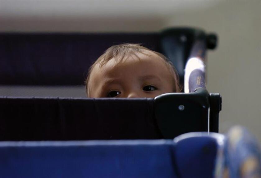 Fotografía de un niño que será transladado a su nuevo hogar. EFE/Archivo