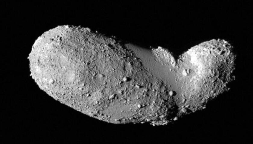 Imagen obtenida por la nave japonesa Hayabusa durante un acercamiento en 2005, del detalle de la extraña forma de cacahuete del asteroide Itokawa. EFE/Archivo