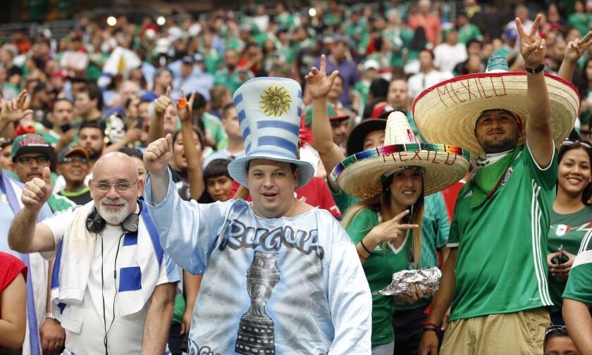 Aficionados de México y Uruguay alientan a sus selecciones antes del juego de la Copa América entre ambas escuadras, en el Estadio de la Universidad de Phoenix, el domingo 5 de junio de 2016, en Glendale, Arizona. (AP Foto/Ross D. Franklin)