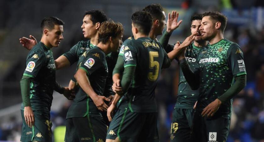 Los jugadores del Betis celebran su clasificación para cuartos de final de la Copa del Rey, tras vencer a la Real Sociedad en el partido de vuelta de los octavos de final este jueves en el estadio de Anoeta de San Sebastián. EFE