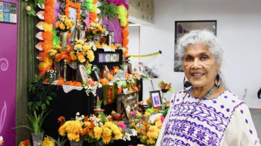 Ofelia Esparza muestra uno de sus altares.