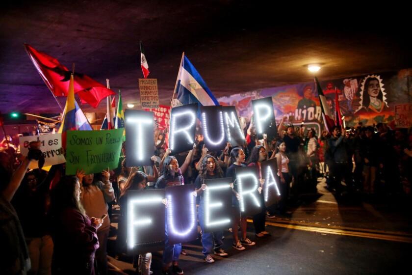 Un grupo de manifestantes de California lanza consignas contra el presidente electo Donald Trump.