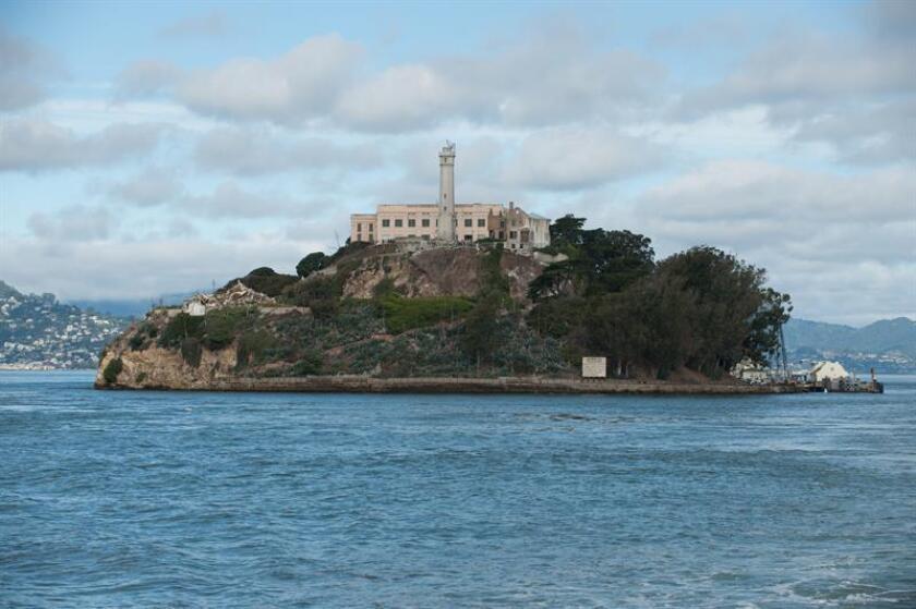 Tres hombres lograron fugarse de la prisión de Alcatraz en 1962 y ahora la carta de uno de ellos confirma que llegaron vivos a tierra firme, echando definitivamente por tierra la leyenda de que la cárcel era infranqueable. EFE/ARCHIVO