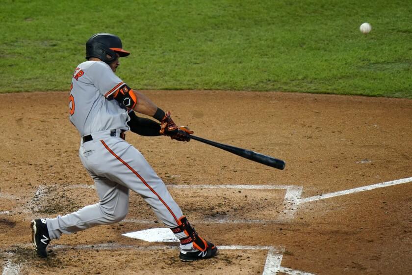 El venezolano Anthony Santander, de los Orioles de Baltimore, conecta un jonrón ante los Filis de Filadelfia