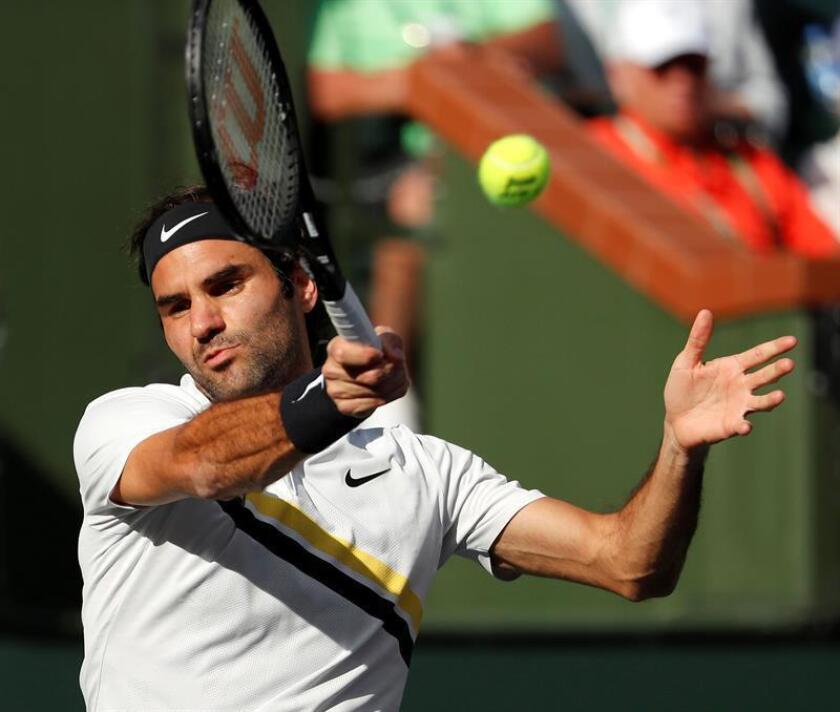 Roger Federer de Suiza devuelve una bola a Jeremy Chardy de Francia hoy, miércoles 14 de marzo de 2018, durante un juego del Torneo de Tenis de Indian Wells, California (EE.UU.). EFE