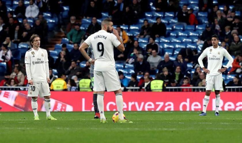 Los jugadores del Real Madrid tras el segundo gol de la Real Sociedad, durante el partido de la jornada 18? de Liga en Primera División que Real Madrid y Real Sociedad disputaron en el estadio Santiago Bernabéu, en Madrid. EFE