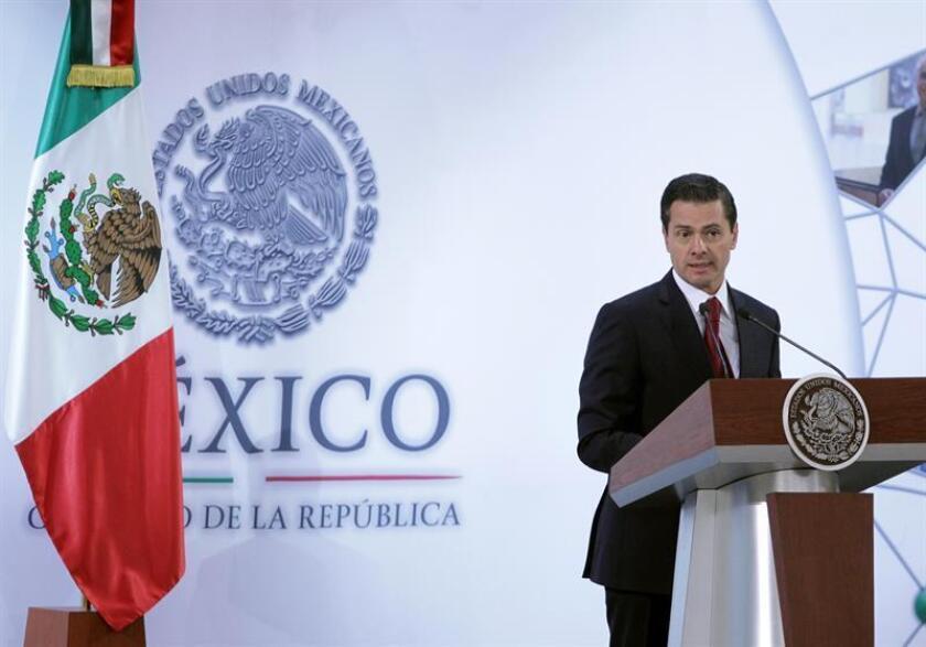 El presidente de México, Enrique Peña Nieto, prometió hoy redoblar los esfuerzos para mejorar las condiciones de seguridad del país durante 2018, su último año de mandato, en el mensaje de Año Nuevo presidencial emitido ocho días después del comienzo del año. EFE/ARCHIVO