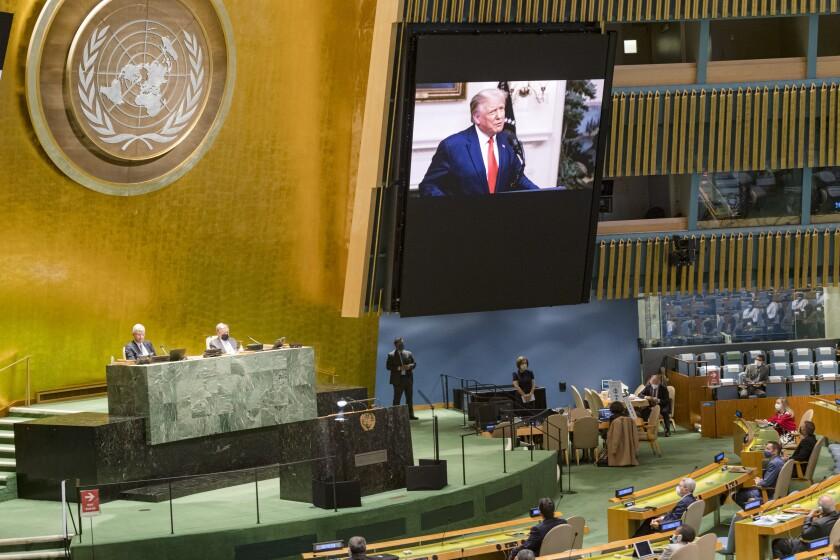 Dalam foto yang disediakan oleh Perserikatan Bangsa-Bangsa ini, Presiden AS Donald Trump, ada di layar video saat pesan yang direkam sebelumnya diputar selama sesi ke-75 Sidang Umum Perserikatan Bangsa-Bangsa, Selasa, 22 September 2020, di Markas Besar PBB di New York.  Pertemuan virtual pertama PBB para pemimpin dunia dimulai Selasa dengan pidato yang direkam sebelumnya dari beberapa kekuatan terbesar di planet ini, disimpan di rumah oleh pandemi virus korona yang kemungkinan akan menjadi tema dominan pada pertemuan video mereka tahun ini.  (Foto PBB / Rick Bajornas via AP)