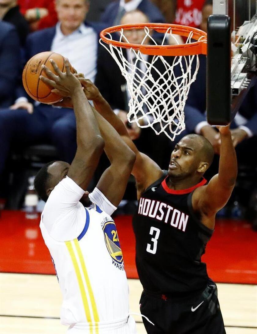 El delantero de Golden State Warriors Draymond Green (i) en acción ante el defensa de Houston Rockets Chris Paul (d) durante un partido de la NBA. EFE/Archivo