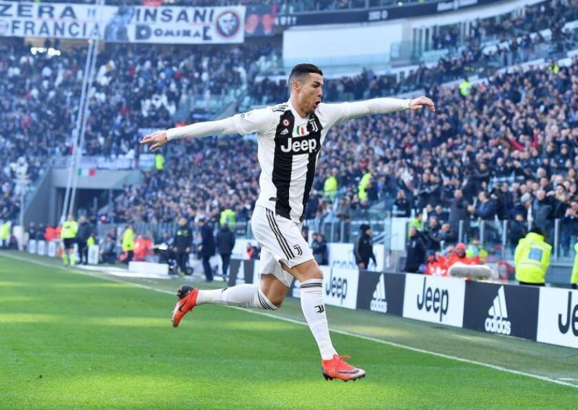 El delantero portugués del Juventus Cristiano Ronaldo celebra tras marcar el 1-0 durante el partido de la Serie A italiana contra la Sampdoria en el estadio Allianz de Turín este sábado. EFE