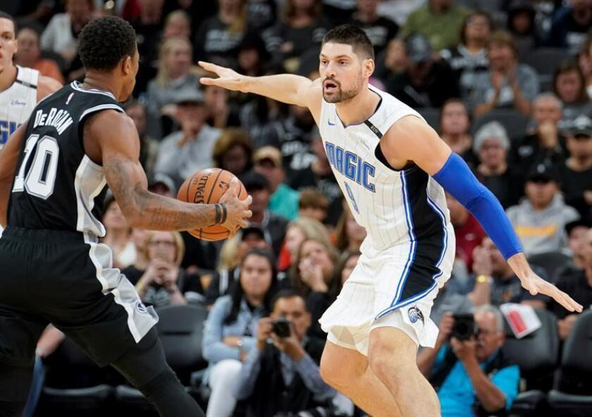 Nikola Vucevic (d) de Orlando Magic. EFE/Archivo
