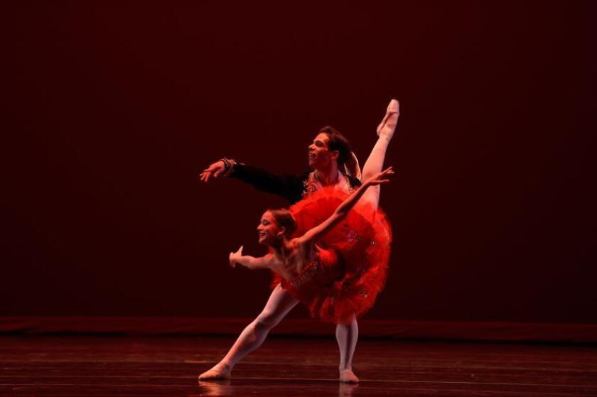 Fotografía cedida por el Festival Internacional de Ballet de Miami donde aperecen dos integrantes del Teatro Municipal de Río de Janeiro, quienes participarán en el XXIV Festival Internacional de Ballet de Miami, en Miami, Florida (Estados Unidos). EFE/ Simon Soong SOLO USO EDITORIAL/ NO VENTAS