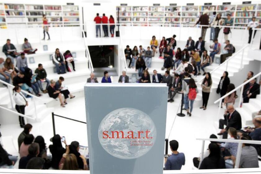"""Vista del libro """"s.m.a.r.t., Caminos hacia la sostenibilidad"""" durante su presentación hoy, lunes 27 de noviembre de 2017, en Guadalajara (México). EFE"""