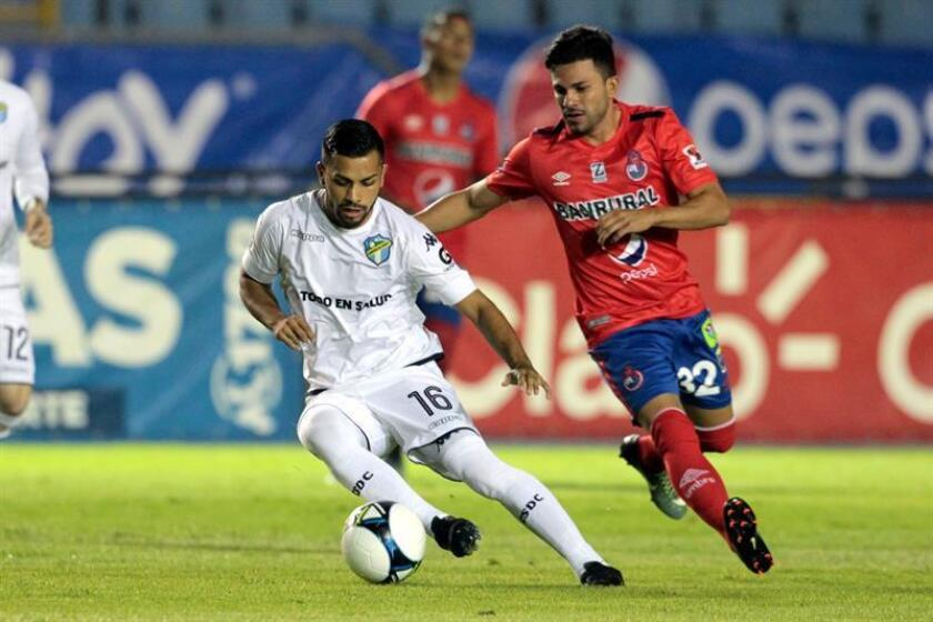 Kener Lemus from Comunicaciones playing against Bryan Lemus from Municipal Oct.31, 2018, at a match in the National Guatemalan League between Municipal and Comunicaciones, at the Doreteo Guamuch stadium, in the city of Guatemala (Guatemala). EPA- EFE FILE/Gabriel Baldizón
