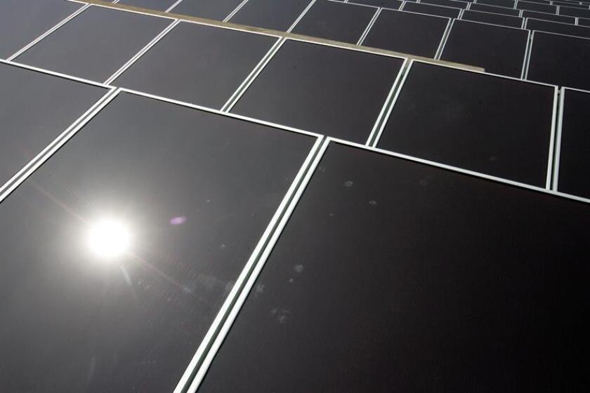 """El paso de fuentes de energía tradicionales hacia las renovables se hará por una combinación, o un """"maridaje"""", entre la energía solar fotovoltaica y los almacenamientos eléctricos en baterías, según el experto español Vicente López-Ibor. EFE/ARCHIVO"""