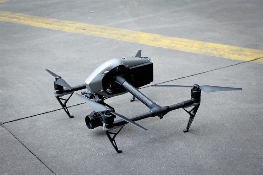 Tres personas intentaron robar ayer un dron a un hombre que lo hacía volar por las murallas del Castillo de San Cristóbal en el Viejo San Juan, pero tras un forcejeo, el aparato cayó al mar. EFE/Archivo
