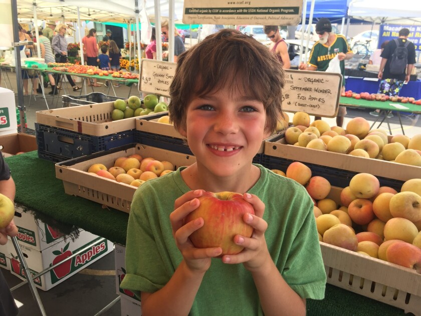 (Apples at the farmers market)