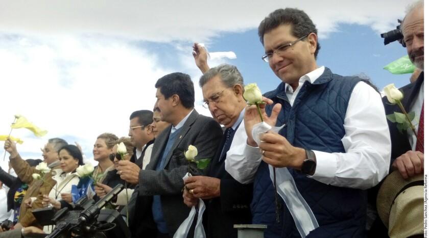 Cientos de personas, incluidas autoridades de México y Estados Unidos, realizaron un muro humano esta tarde en el Río Bravo en Ciudad Juárez, Chihuahua.