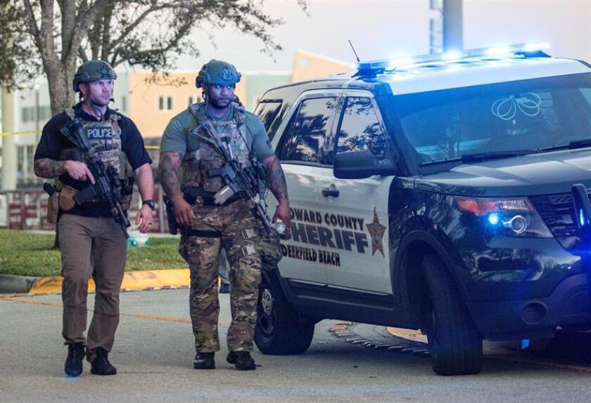La Comisión Nacional de los Derechos Humanos (CNDH) de México expresó hoy su solidaridad con las familias de las 17 personas que murieron y de las que resultaron heridas en una escuela de Florida (EE.UU.), y llamó a las autoridades estadounidenses a ejercer un control más estricto sobre la venta de armas de fuego. Dos miembros del equipo SWAT montan guardia frente a la entrada lateral de la escuela secundaria Marjory Stoneman Douglas de la ciudad de Parkland, en el sureste de Florida (Estados Unidos). EFE